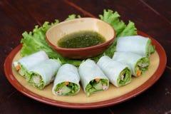 Rulla nudlar med grönsaken och sås, ångad rulle för risnudeln, asiatisk mat Arkivbild