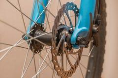 Rulla och kugghjulet av cykeln och eker med diskettbromsar royaltyfria foton
