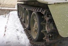 Rulla och lastbilen av den gamla militära bepansrade behållaren Royaltyfria Bilder