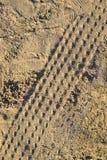 Rulla spårar på den malde sanden texturerar Fotografering för Bildbyråer
