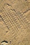 Rulla spårar på den malde sanden texturerar Royaltyfria Bilder