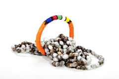 Rullade ihop Zulu Beaded Necklace med den ljusa orange armbindeln Arkivbild