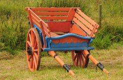 Rullade två, häst tecknad lantgårdvagn Arkivfoton