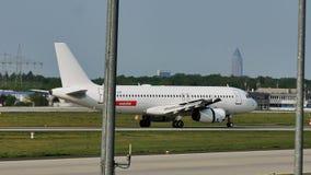 Rullaggio piano dell'aeroplano di EasyJet nell'aeroporto di Francoforte, FRA video d archivio