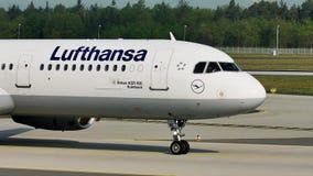 Rullaggio piano di Lufthansa A321 nell'aeroporto di Francoforte, FRA archivi video
