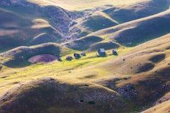 Rullande ängar i den Durmitor nationalparken Arkivfoton