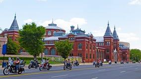Rullande åska ståtar längs självständighetave i landens huvudstad USA Arkivbilder