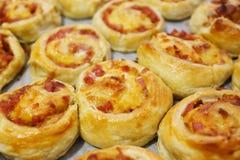 Rullande bakning av puff-deg med ost och skinka Fotografering för Bildbyråer