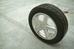 Rullande bilgummihjul på gatan - tolkning 3d Royaltyfri Bild