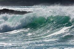 Rullande blå och vit bränning för turkos, på den norr Cornwall kusten, UK - 3 royaltyfria bilder