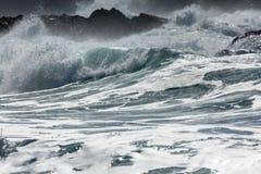 Rullande blå och vit bränning för turkos, på den norr Cornwall kusten, UK - 4 arkivbild