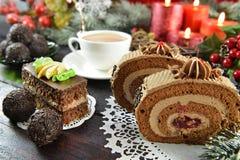 Rullande choklad bakar ihop på jultabellen Fotografering för Bildbyråer