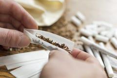 Rullande cigaretter Fotografering för Bildbyråer