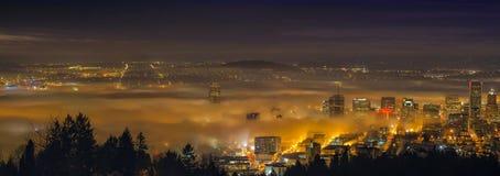 Rullande dimma över stad av Portland på gryning Royaltyfri Foto