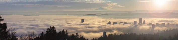 Rullande dimma över stad av Portland på soluppgång Royaltyfri Fotografi