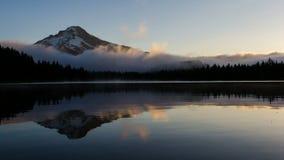 Rullande dimma- och flyttningmoln över den härliga Trillium sjön med monteringshuven i Oregon en otta på soluppgång Timelapse 108 lager videofilmer