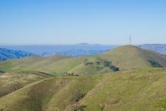 Rullande gröna kullar och montering Diablo i bakgrunden, toppig bergskedja utsiktöppet utrymmesylt, södra San Francisco Bay, Kali arkivfoto
