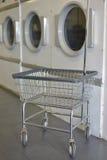 Washday rullande tvättkorg med torkar Arkivbilder