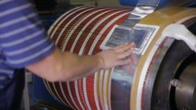 Rullande maskin för metall Metallark som wraping på en spole Transformatorproduktion stock video