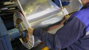Rullande maskin för metall Metallark som wraping på en spole Transformatorproduktion arkivfilmer
