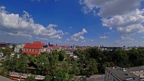 Rullande moln över gamla byggnader av Wroclaw Polen på den soliga sommardagen Tid schackningsperiod 4K arkivfilmer