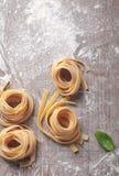 Rullande ny italiensk Fettuccinepasta Arkivfoto