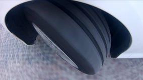 Rullande slut för bilhjul upp stock video