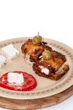 Rullande stekt zucchini med baconost och tomatsallad Arkivfoto