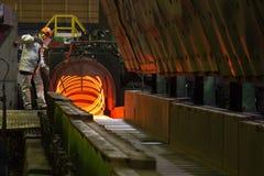 Rullande trådproduktion på den metallurgical växten Arkivbild