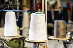 Rullar av bomullstråden i stickade plaggfabrik Fotografering för Bildbyråer