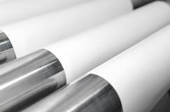 Rullar av pappers- och metallrullar i tryckväxt Arkivbilder