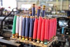 Rullar av trådar i manufactory: Closeup Royaltyfria Bilder