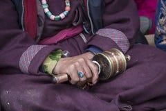 Rullar den hållande buddistiska bönen för den gamla tibetana kvinnan in Lamayuru Gompa, Ladakh, Indien Royaltyfri Foto