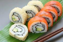 rullar den japanska makien för Kalifornien mat sushi Royaltyfri Fotografi