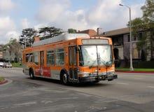 rullar den lokala metroen för bussen ner gatan Royaltyfria Bilder