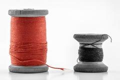 Rullar eller rullar av mångfärgade sömnadtrådar Trådar allra c Royaltyfria Bilder