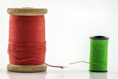 Rullar eller rullar av mångfärgade sömnadtrådar Trådar allra c Arkivbild