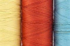 Rullar eller rullar av mångfärgade sömnadtrådar Trådar allra c Royaltyfri Bild