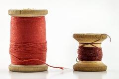 Rullar eller rullar av mångfärgade sömnadtrådar Trådar allra c Royaltyfri Foto