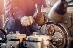 Rullar för böjande arkmetall till cylindern, begrepp av järn för industriell produktion arkivbilder