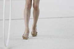 Rullar för beslag för rytmisk gymnastik för idrottsman nenfot Fotografering för Bildbyråer