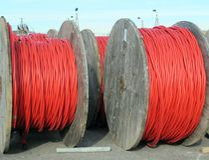 Rullar för elektrisk kabel för transporten av elektricitet hög vol Arkivbild