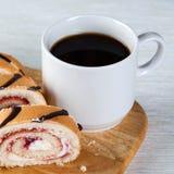 Rullar för kaffekopp och gelépå viten texturerade nupkin Royaltyfri Bild