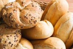 Rullar för nytt bröd i en korg Royaltyfri Bild
