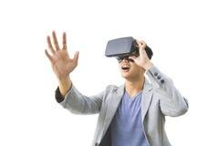 rullar med ögonen bärande virtuell verklighet för den asiatiska mannen Royaltyfria Bilder