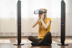 Rullar med ögonen bärande virtuell verklighet för flickan hemma Royaltyfri Fotografi