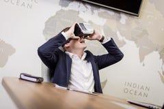 Rullar med ögonen bärande virtuell verklighet för mannen, affärsmandanandegester Royaltyfri Bild