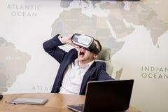 Rullar med ögonen bärande virtuell verklighet för mannen, affärsmandanandegester Royaltyfria Foton