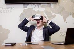 Rullar med ögonen bärande virtuell verklighet för mannen, affärsmandanandegester Arkivbilder