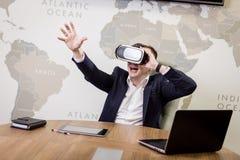 Rullar med ögonen bärande virtuell verklighet för mannen, affärsmandanandegester Arkivfoton